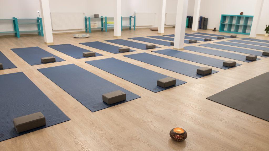 Sattva Yoga Center Arad - sala de yoga cu saltelute