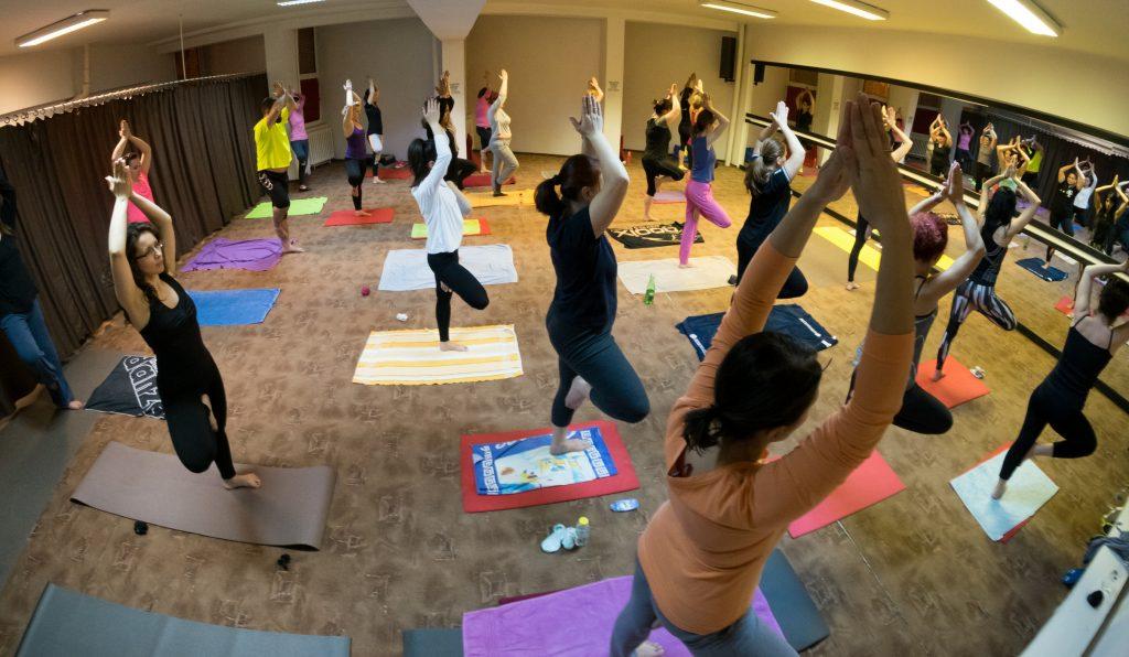 primele clase de yoga - sala cu practicanti yoga