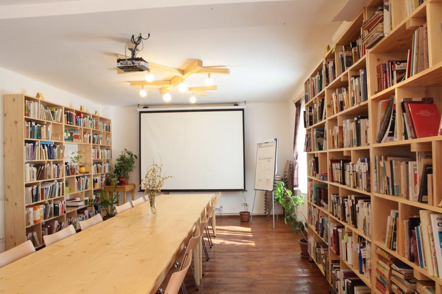 biblioteca din Pensiunea Dacica