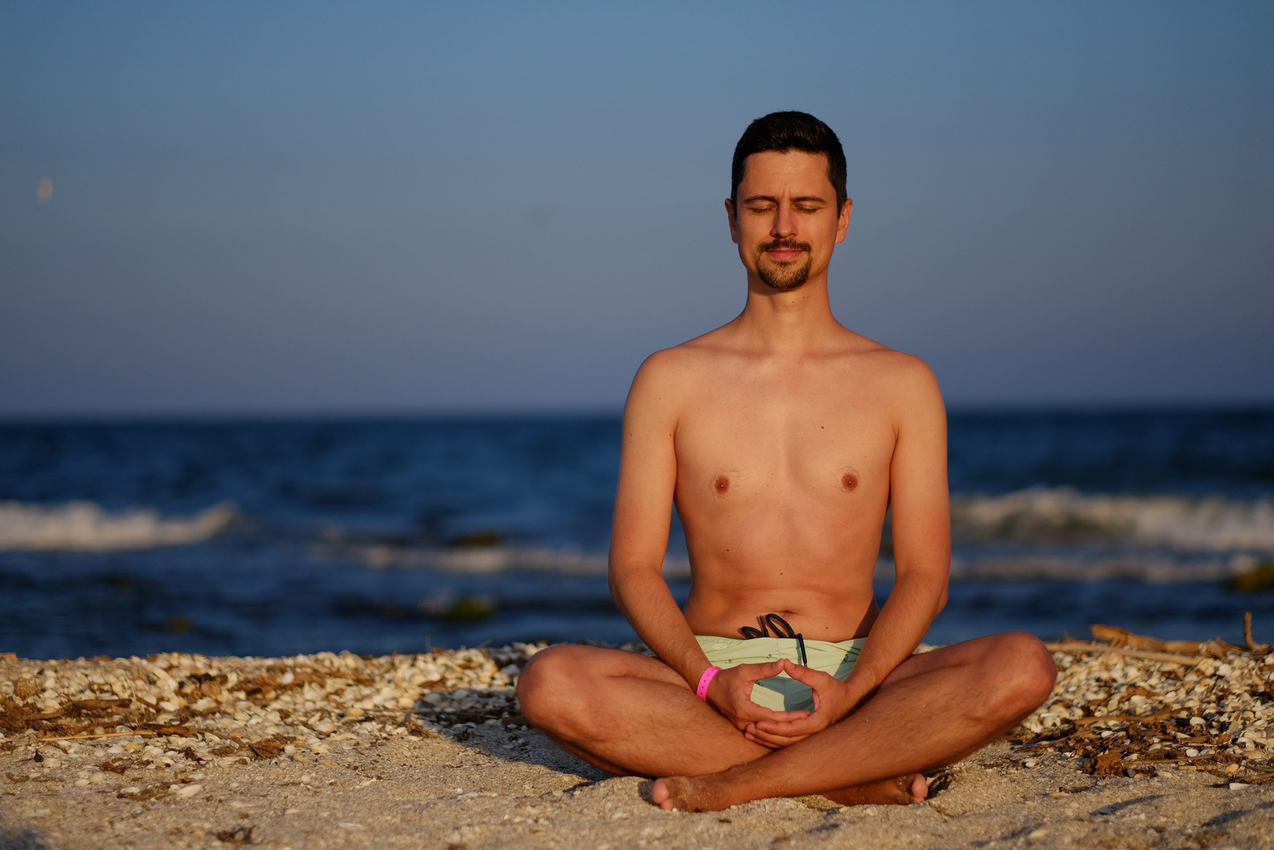 barbat in postura yoga meditatie